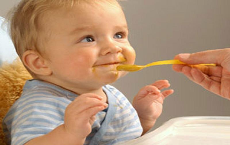 خطرات زود و دیر شروع کردن غذاهای کمکی در نوزاد